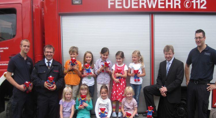 """Die angehenden Schulkinder des Kindergartens St. Helena freuen sich über die """"Fridulin Brenzlig""""-Teddys."""