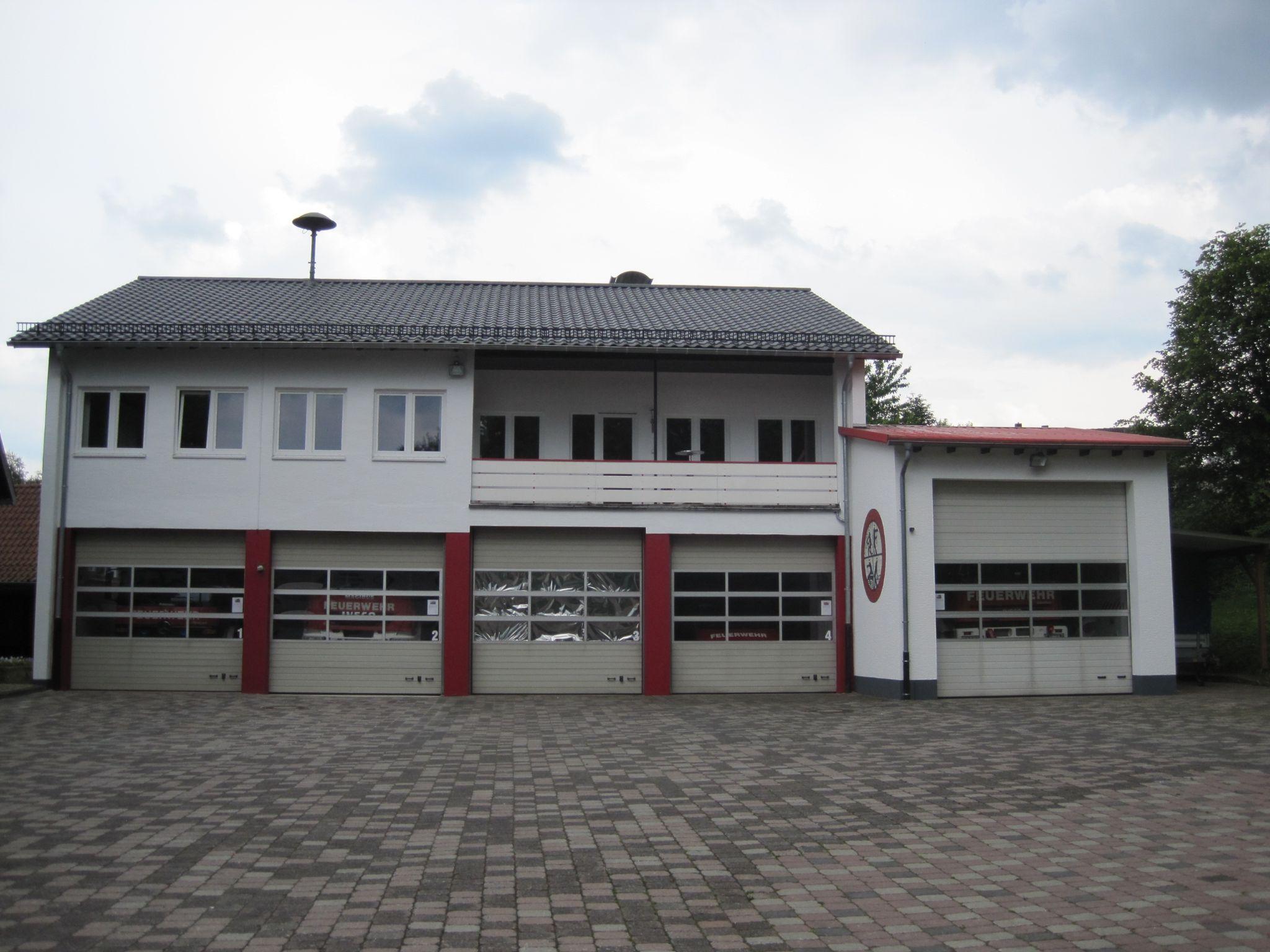Das Gerätehaus des Löschzugs Altenbeken mit 4 Fahrzeughallen und einer Umkleide (Tor 3).