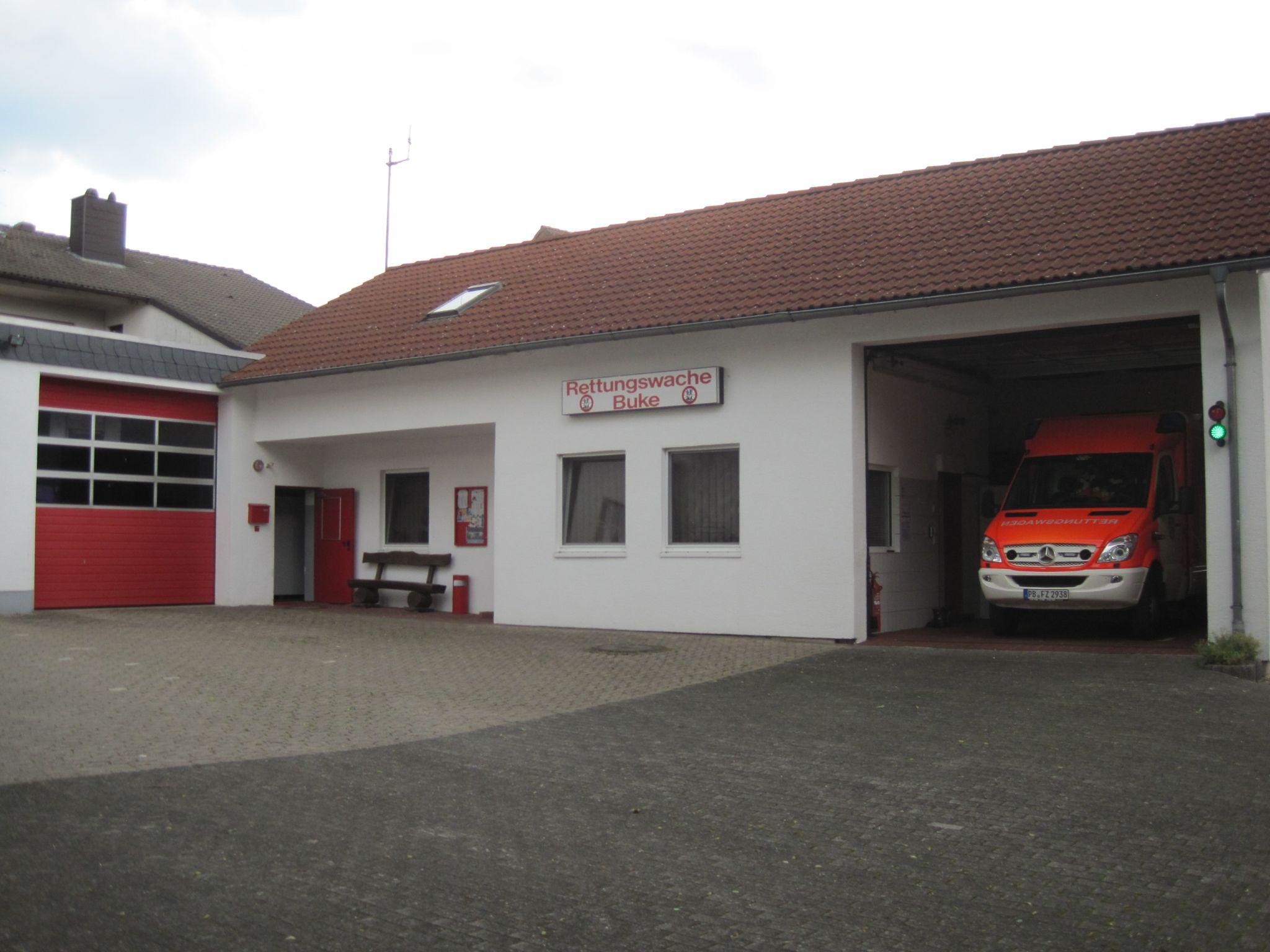 Links befindet sich die Garage für die Drehleiter. Rechts im Bild: Rettungswache Buke des Kreises Paderborn