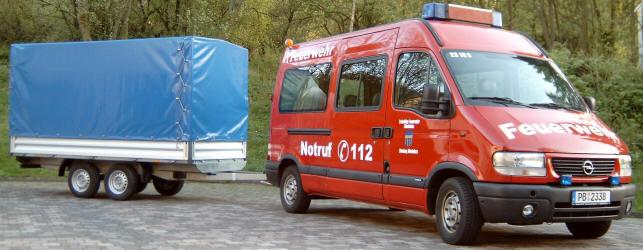 Mehrzweckanhänger zusammen mit dem MTF des Löschzugs Altenbeken als Zugfahrzeug