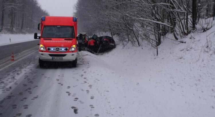 Verkehrsunfall B64 - PKW in Graben