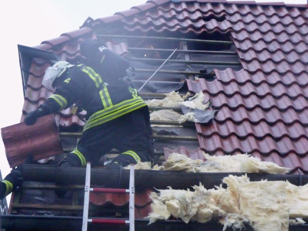 Kräfte unter Atemschutz suchen nach dem Brandherd