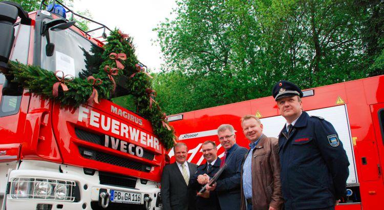 Schlüsselübergabe vor dem neuen Feuerwehrfahrzeug (von links): Karl Appelhoff (Magirus Brandschutztechnik), Rainer Hartmann, Hans Jürgen Wessels, Ortsvorsteher Elmar Rode und der stellvertretende Zugführer Markus Fieseler.