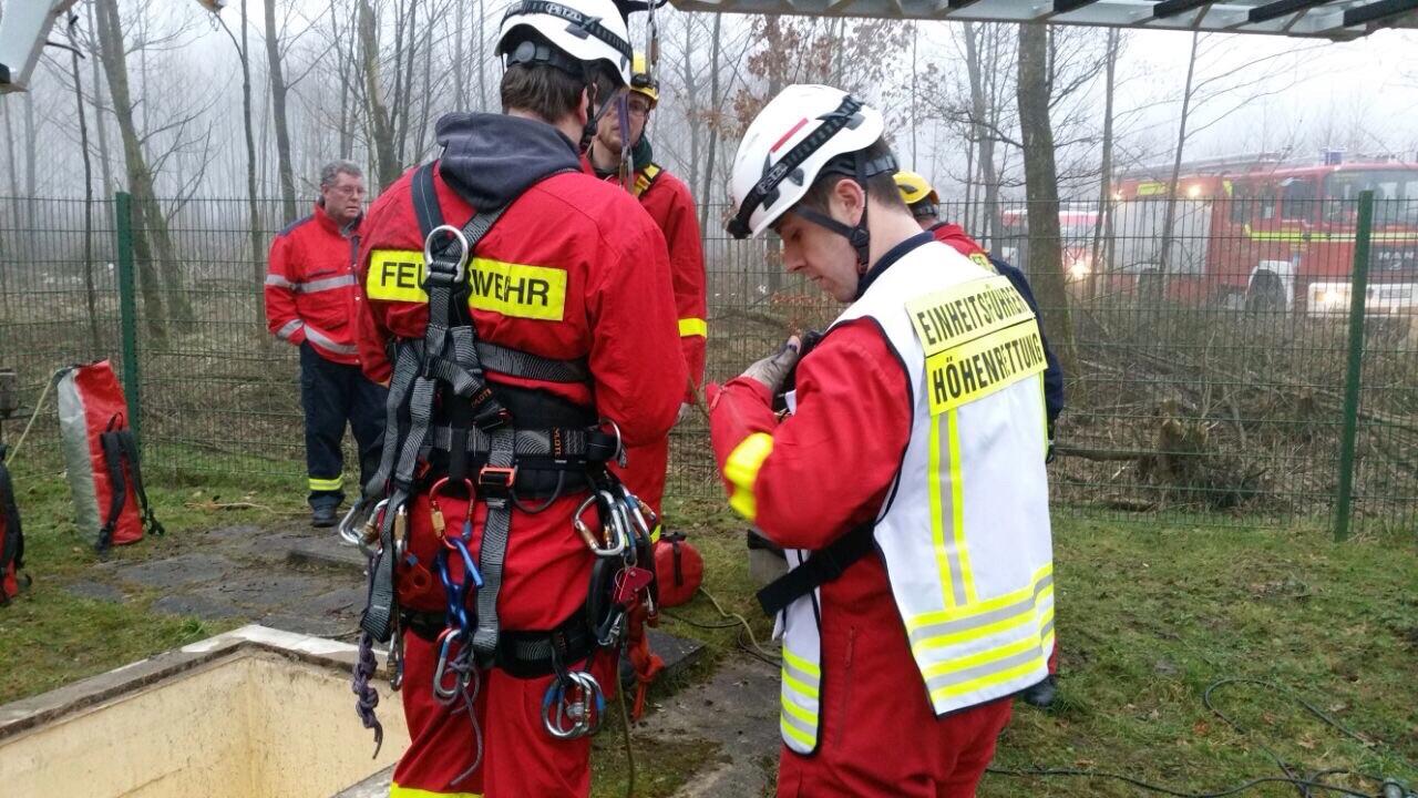 Die Höhenretter rüsten sich für den Einsatz aus. Foto: Feuerwehr Lichtenau