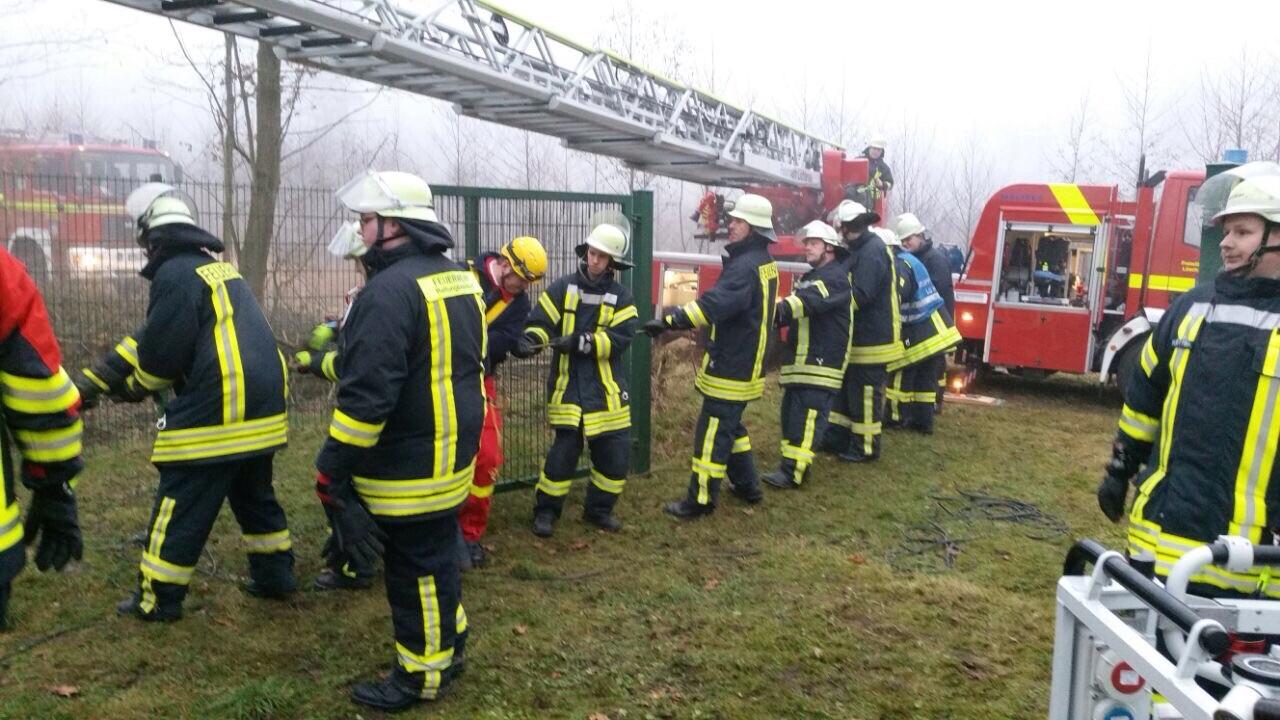 Einsatzkräfte der Feuerwehr Lichtenau unterstützen die Höhenretter bei der Rettungsaktion. Foto: Feuerwehr Lichtenau