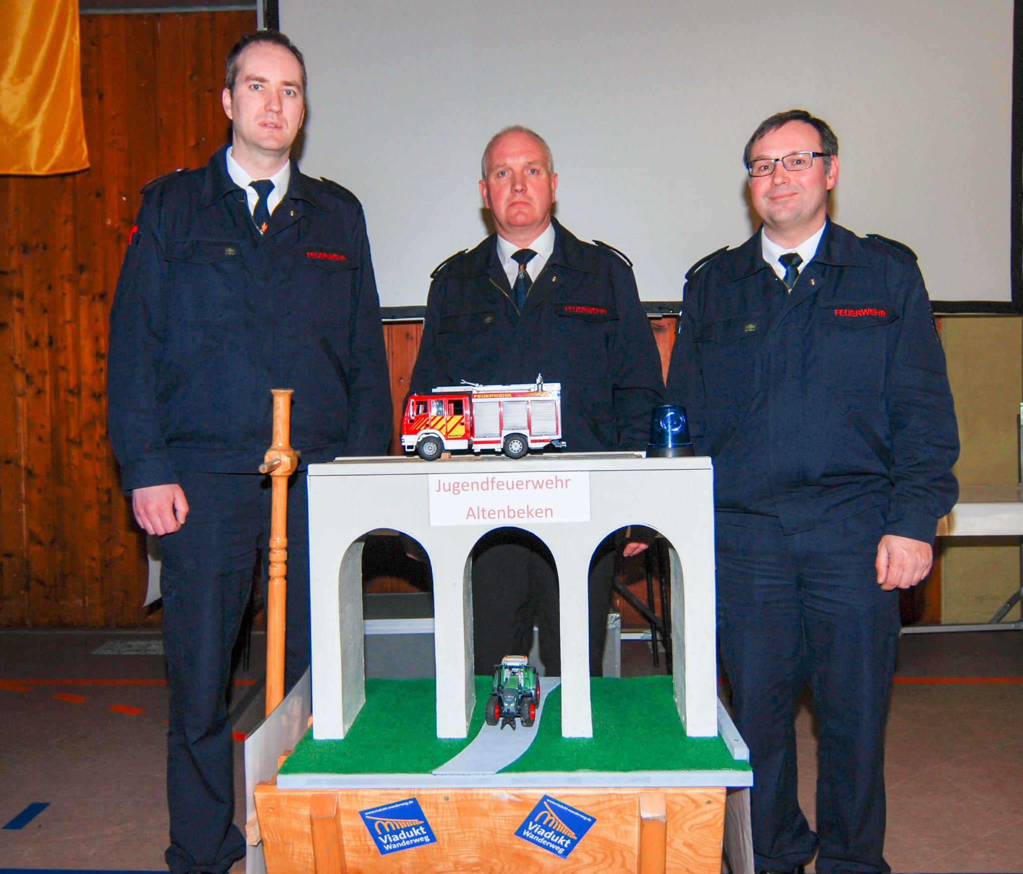 Der ehemalige Wehrführer Josef Lütkemeyer (Mitte) übergibt an die neue Wehrleitung Rainer Hartmann (rechts) und Sven Stratemann (links) eine gut aufgestellte Feuerwehr.