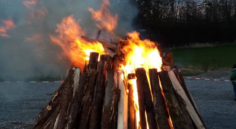 Osterfeuer in Buke